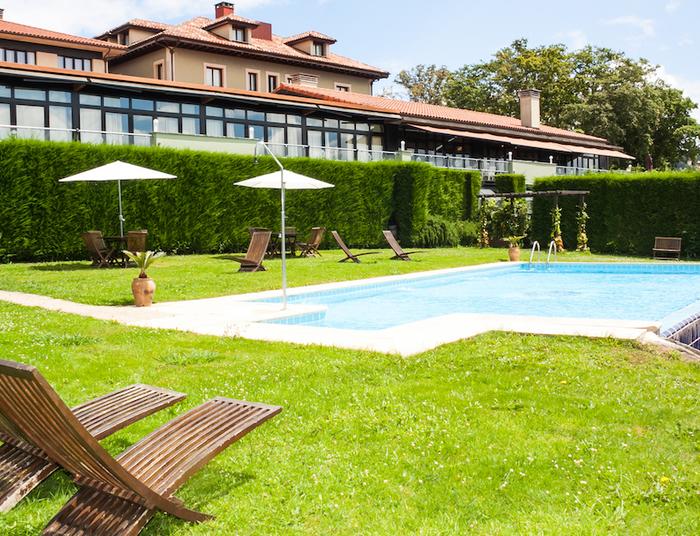 Fachada y piscina exterior  hosteri%cc%81a de torazo  hoteles nature